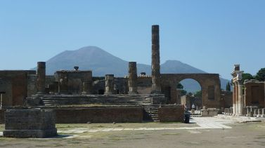 1024px-Ruins_of_Pompeii_showing_Mount_Vesuvius
