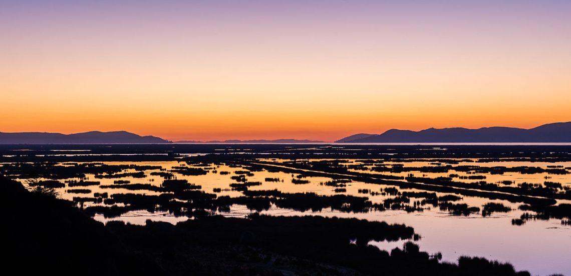 Amanecer_en_el_lago_Titicaca,_Puno,_Perú,_2015-08-01,_DD_01