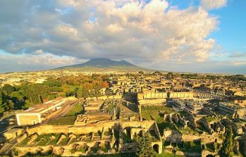 Ruins_of_Pompeii_with_the_Vesuvius